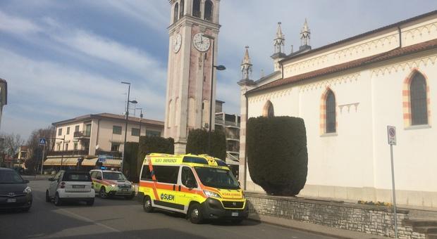 SOCCORSI L'ambulanza arrivata ieri durante la messa;  per la signora Marx, però, non c'era più nulla da fare.