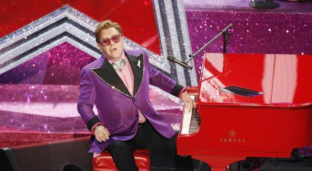 Elton John interrompe il concerto e abbandona il palco in lacrime: «Sono senza voce». Poi la diagnosi choc - Video