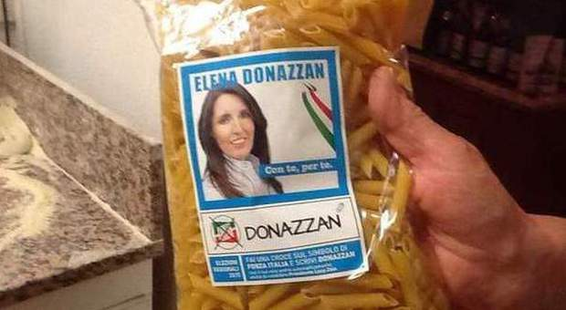 Il pacco di pasta con il santino di Elena Donazzan (Ansa)