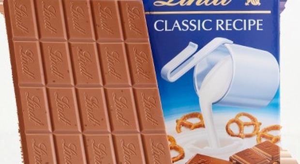 Cioccolato Lindt, tavolette al latte ritirate dal mercato: «All'interno pezzi di plastica»