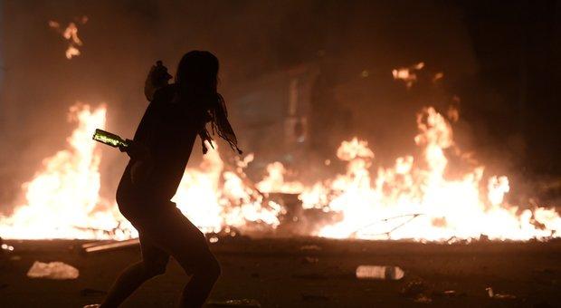 Barcellona, scontri con la polizia e incendi: mezzo milione in piazza, ira dei separatisti