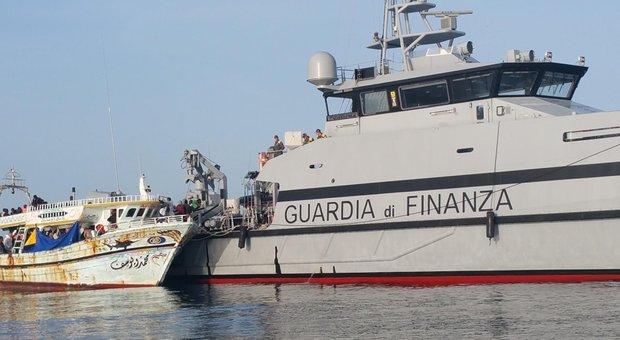 Migranti, 442 su navi Frontex e Gdf. Salvini e Conte: «Distribuirli in Ue o non sbarcano»