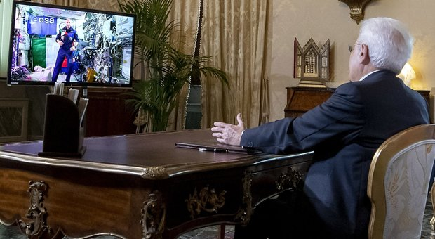 Mattarella si collega dal Quirinale con Parmitano: «Italia orgogliosa e riconoscente per la sua impresa»