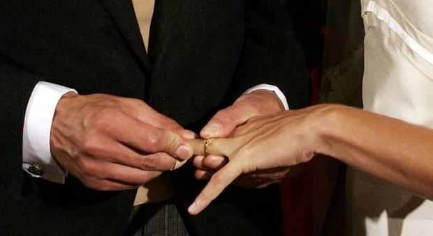 Scopre a 57 anni di essere sposato con una donna dell'Est che non ha mai visto