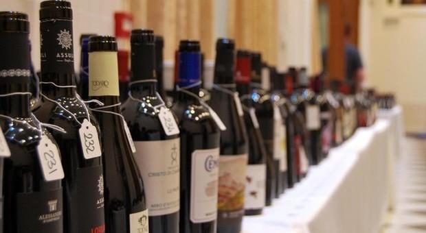 Beve 31 bottiglie di vino nella cantina di un condominio: ladro trovato ubriaco dalla polizia