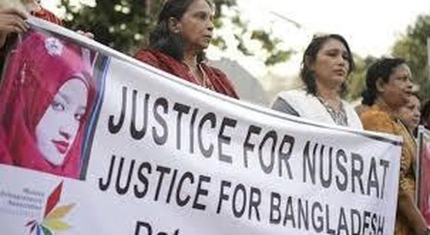 Studenti in piazza per protestare contro lo stupro di una ragazza