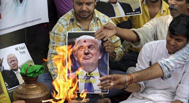 Attivisti della destra indiana a Nuova Delhi celebrano il