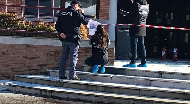 Donna si dà fuoco davanti al Tribunale dei minori di Mestre: il cartello lasciato appeso