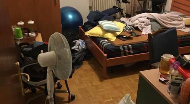 Turista inglese torna in Italia per le vacanze e trova la casa occupata da 9 migranti