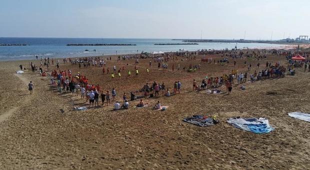 La manifestazione sulla spiaggia andata in scena oggi dopo il maltempo di ieri