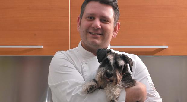 Ricette gourmet per cani e gatti: ex concorrente di Masterchef cucina per gli amici a 4 zampe