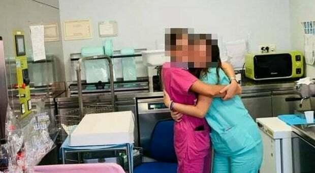 Festa in reparto all'ospedale di Bari, le foto senza mascherina finiscono su Facebook: medici e infermieri rischiano denuncia
