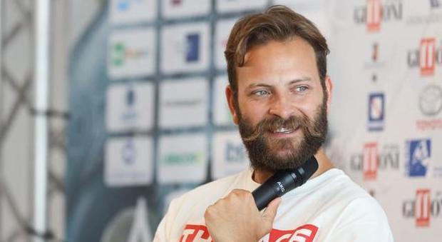 Alessandro Borghi: «Forse mi piacciono pure i maschi, se bevo due vodka-lemon ci baciamo»