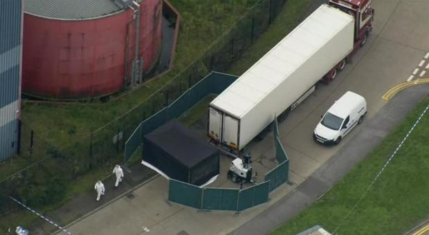Inghilterra, 39 cadaveri nel container di un tir: arrestato un camionista 25enne