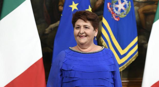Teresa Bellanova, si scatenano gli insulti sui social: «Sembri la balena blu». Tra gli haters anche Daniele Capezzone