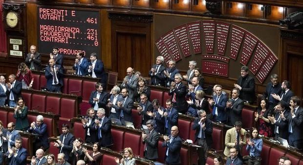 Codice rosso, ok della Camera: applausi in aula e fiori rossi. Il testo va al Senato