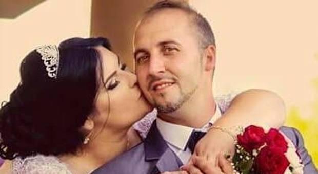 La vittima Suta Gheorghe, operaio di 37 anni, con la moglie