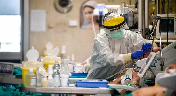 Coronavirus, positivi in calo ma sono molti di meno anche i tamponi esaminati