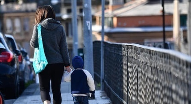 Il Viminale: ok a uscite genitori-figli ma regole spostamenti non cambiano. Gallera: «Circolare venga revocata»