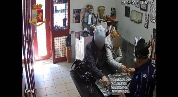 Fanno distrarre gioiellerie e rubano ciondolo d'oro: arrestate due donne