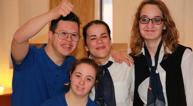 Parte dello staff dell'Albergo Etico a Roma, composto da persone con disabilità