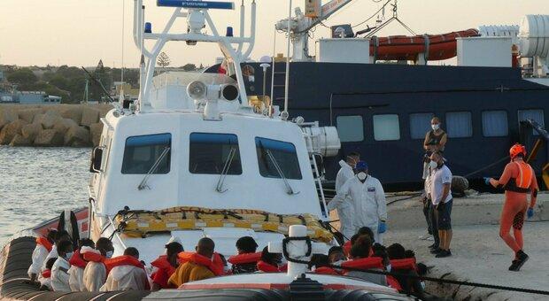 Migranti, il sindaco di Lampedusa: «Porto tappezzato di barchini, sento solo slogan e nessuno ci aiuta»
