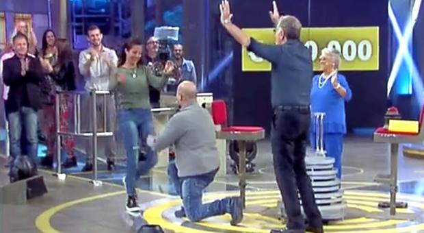 """Vince 140 mila euro ad """"Avanti un altro!"""" e davanti a Bonolis chiede alla fidanzata: «Mi sposi?»"""