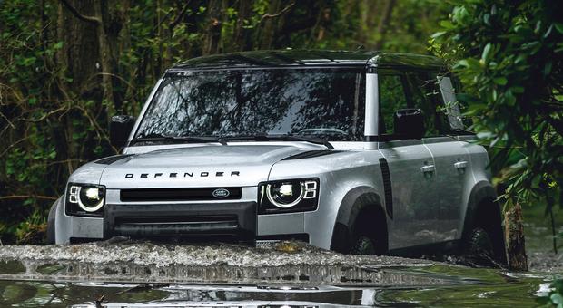 La Land Rover Defender 110 mentre affronta un impegnativo guado