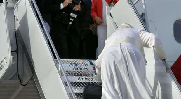 Papa a New York rischia di cadere sulla scaletta dell'aereo FOTO