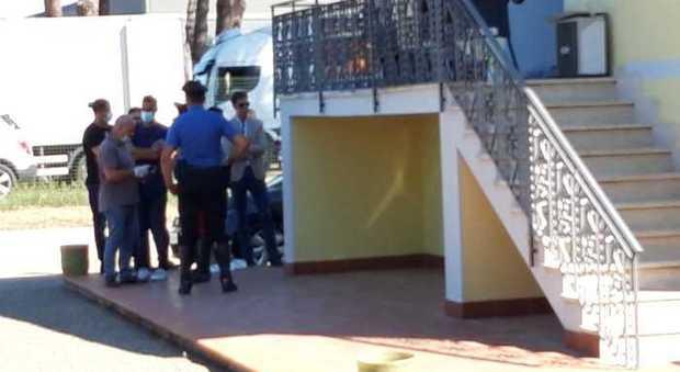 Grosseto, ex agente della polizia municipale spara alla moglie e si uccide: lei è gravissima