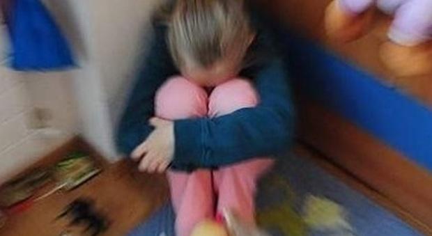 Ragazzina di 13 anni mandata dalla mamma a fare sesso con gli anziani per 30 euro: 6 arresti