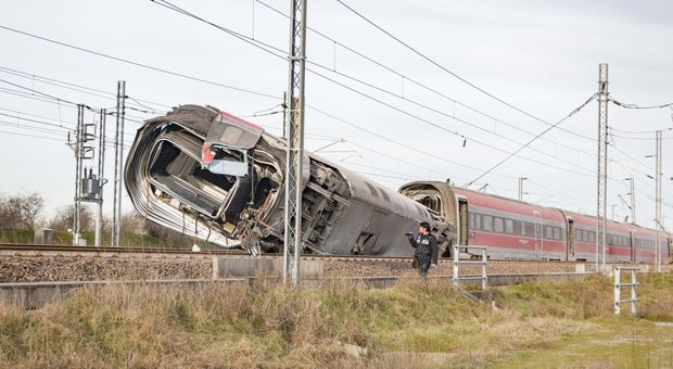 Treno deragliato, al via perizie sullo scambio. Spostati in ufficio i 5 operai al lavoro sui binari