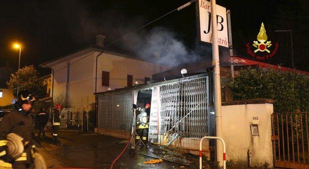 Un'immagine del bar distrutto da esplosione incendio