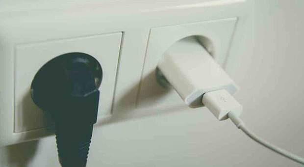 Collega il caricabatterie del telefono alla presa elettrica e esplode: 20enne muore folgorato, ferita la fidanzata