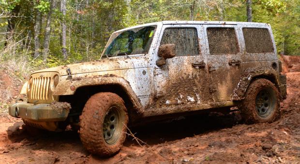 Una Jeep Wrangler impegnata in un difficile passaggio in fuoristrada dotata dei Mud-Terrain T/A KM3