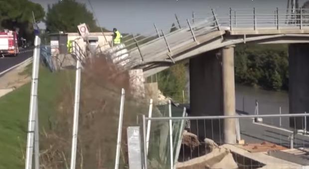 Crolla un ponte a Ravenna, tecnico della protezione civile precipita e muore sotto le macerie VIDEO CHOC