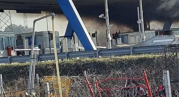 San Benedetto, furgone in fiamme al casello autostradale dell'A14