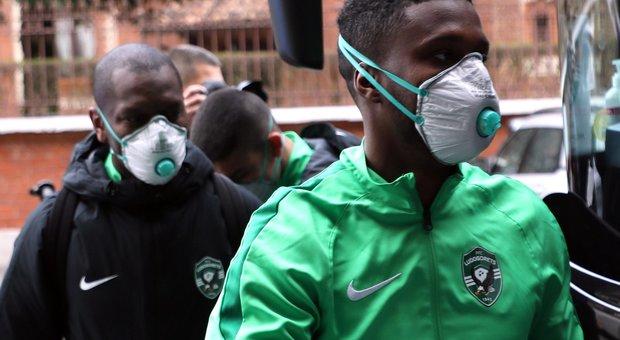 Coronavirus, i giocatori del Ludogorets a Milano con guanti e mascherine