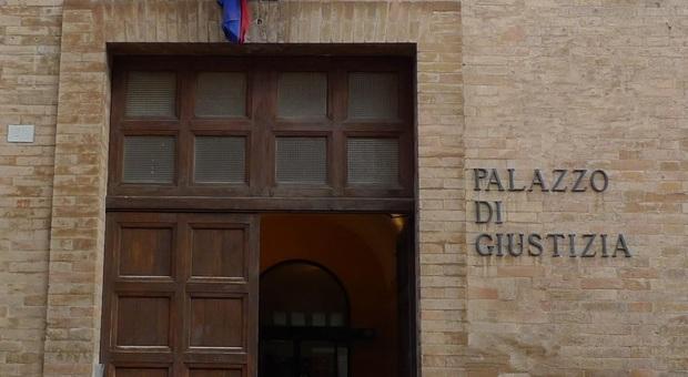 Urbino, si fingeva nipote di Di Pietro e moglie di Della Valle per spillare soldi: condannata per truffa