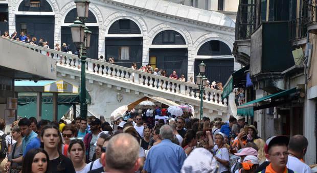 La banda dei 4 borseggiatori rumeni approfittava della ressa per depredare i turisti