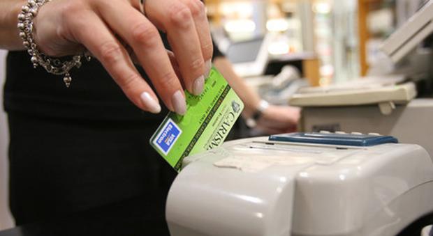 Bonus fino a 300 euro per chi usa carta e bancomat: ecco chi potrà riceverlo e da quando