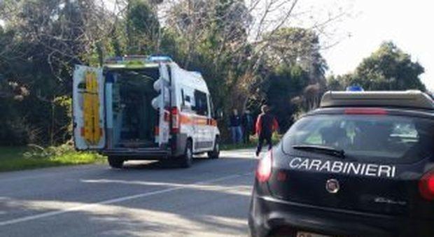 Ascoli, i familiari lo trovano nel campo: gravissimo un 30enne colpito da un colpo di fucile