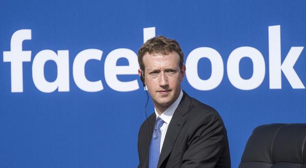 Revenge porn, donna vittima dell'ex compagno denuncia anche Zuckenberg: «Facebook non ha oscurato il finto profilo»