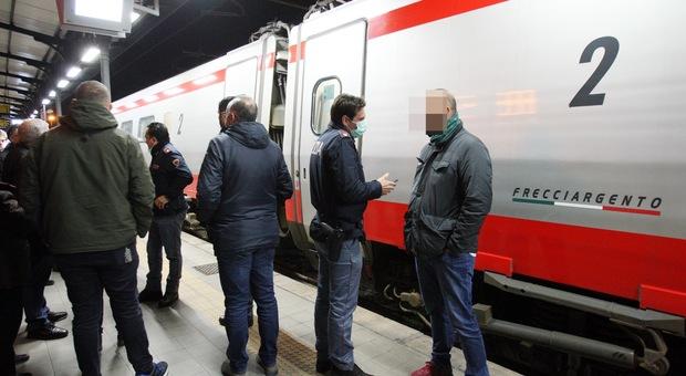 Coronavirus, passeggeri bloccati sul treno Roma-Lecce: a bordo viaggiatore con sintomi sospetti