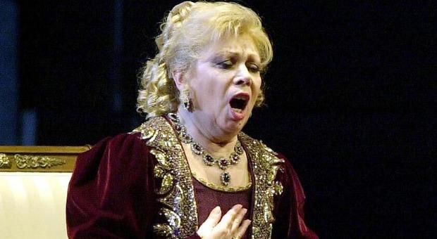 Porta a Porta, gaffe su Mirella Freni: nel video con Pavarotti al posto del soprano la Scotto. Bufera sui social