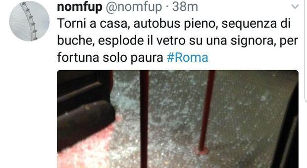 Roma, inferno bus: troppe buche esplodono i vetri. Paura a bordo