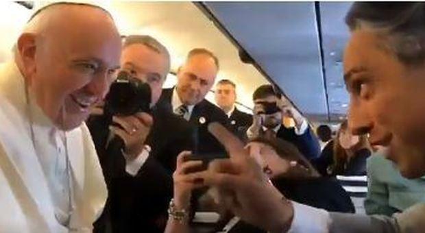 Il Papa e il caso del bacio dell'anello rifiutato: «E' per tutelare i fedeli, alla fine la mia mano è tutta bagnata» Video