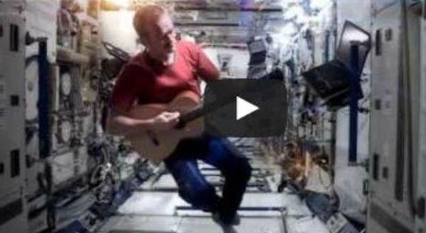 Chris Hadfield suona nello spazio