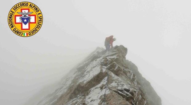 Due alpinisti bloccati a quota 2600 metri: difficile recupero nella neve