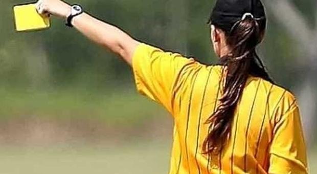 Arbitra di 16 anni spintonata e insultata da allenatore e tifoso: «Voleva prenderla a calci»
